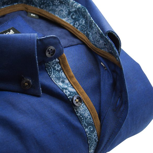 Men's blue Oxford cotton shirt with pocket detail upclose